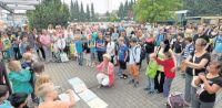 Mit einem munteren Lied hießen die jüngeren Schüler der Clarenbach-Schule die neuen Schüler Willkommen