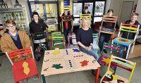 Schülergruppe präsentiert Stühle