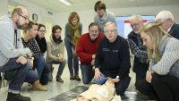 Kursteilnehmer Defibrilator-Übung
