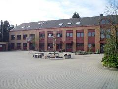Schulgebäude im ersten Anbau
